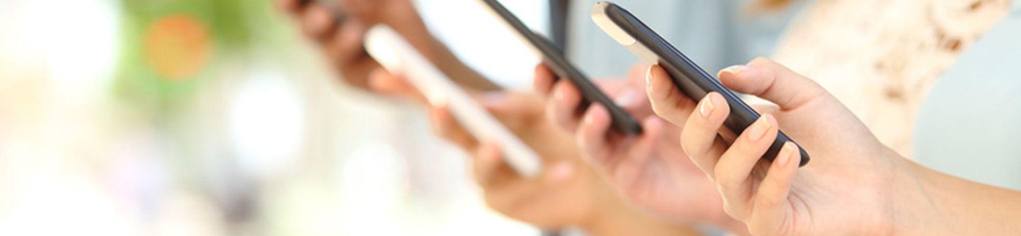 Google+-Menschen, die auf Handys schauen